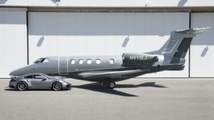 Ya puedes comprar un jet Embraer Phenom 300E a juego con el Porsche 911 Turbo S y dormir tranquilo