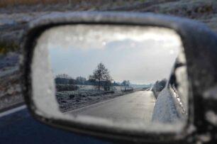 Cómo quitar el hielo y la nieve de los cristales del coche: Trucos para descongelar el parabrisas