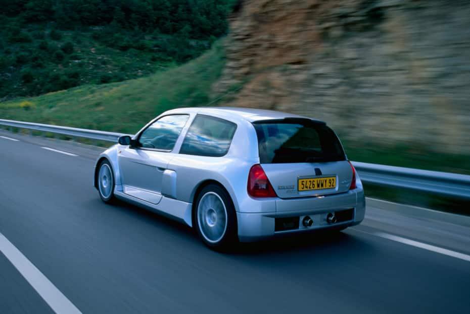 El Renault Clio V6 cumple 20 añitos y sigue siendo una máquina espectacular