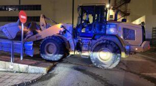 Roba una excavadora y se cuela en la campa de la factoría de Mercedes-Benz causando daños por millones de euros