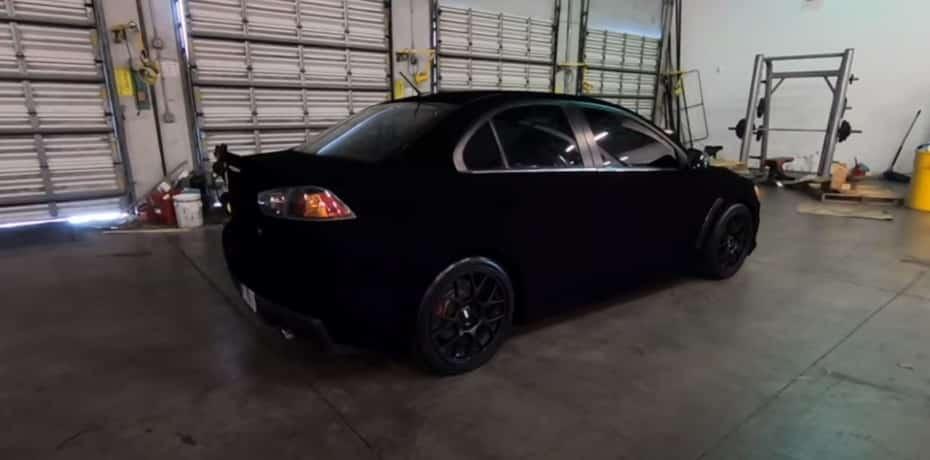 Así «luce» una pintura negra que absorbe más del 99% de la luz en un Mitsubishi Lancer EVO: ¿impresionante?
