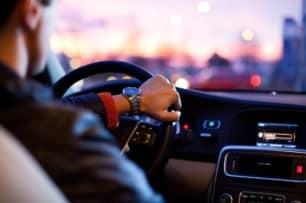 ¿Me pueden multar por conducir con el abrigo puesto? Sí, pero en casos puntuales