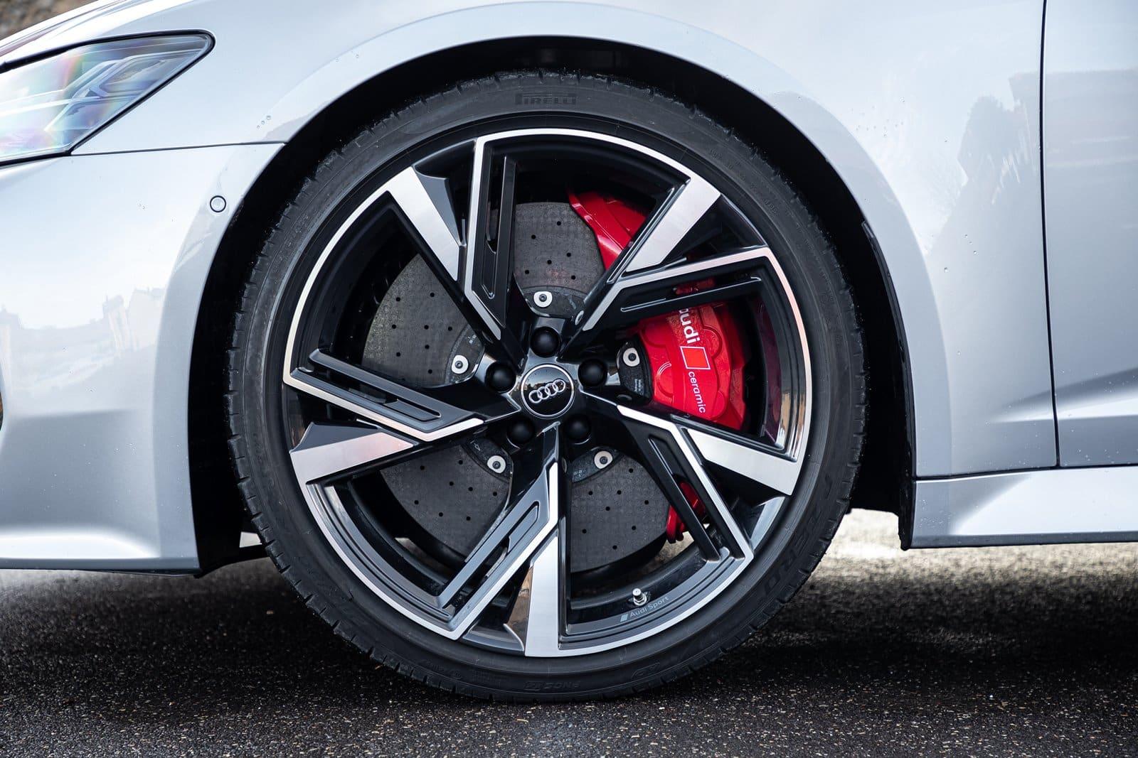 La llanta es el elemento visual entre las partes de una rueda de coche