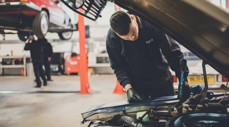 Coinoce las partes del motor de un coche