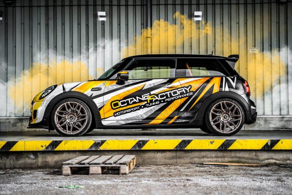 Llantas forjadas, asientos Recaro, suspensión 'coilover'… Un MINI Cooper SE con esencia JCW GP