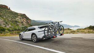 Porsche presenta el Taycan Cross Turismo y lo que más nos gusta es su portabicicletas