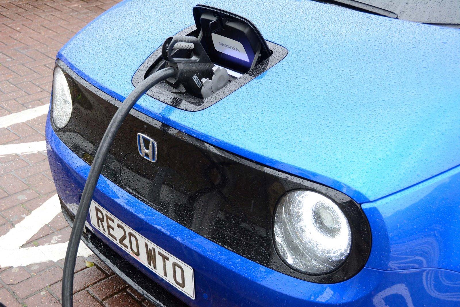 Cargar un coche eléctrico puede costar más o menos dependiendo de varios factores