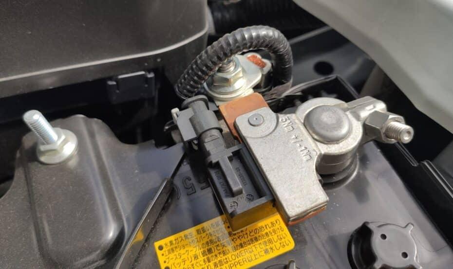 ¿Cuál es el mantenimiento adecuado para la batería del coche?