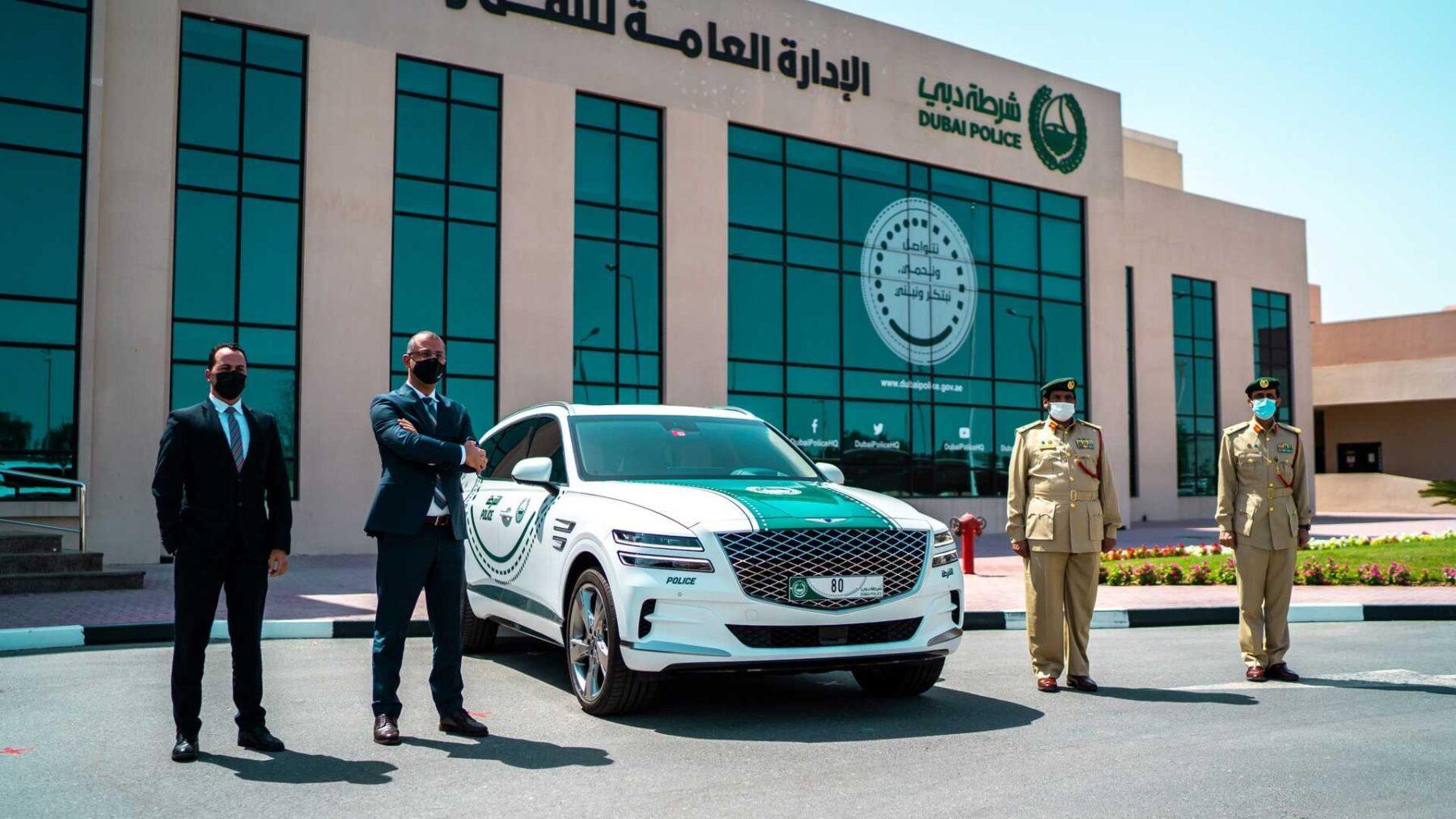 El Genesis GV80 posa junto a la policía de Dubái