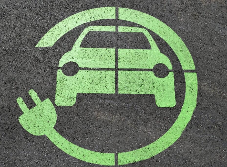 Dónde dejar tu coche eléctrico cargando cuando viajas desde el aeropuerto de Barcelona
