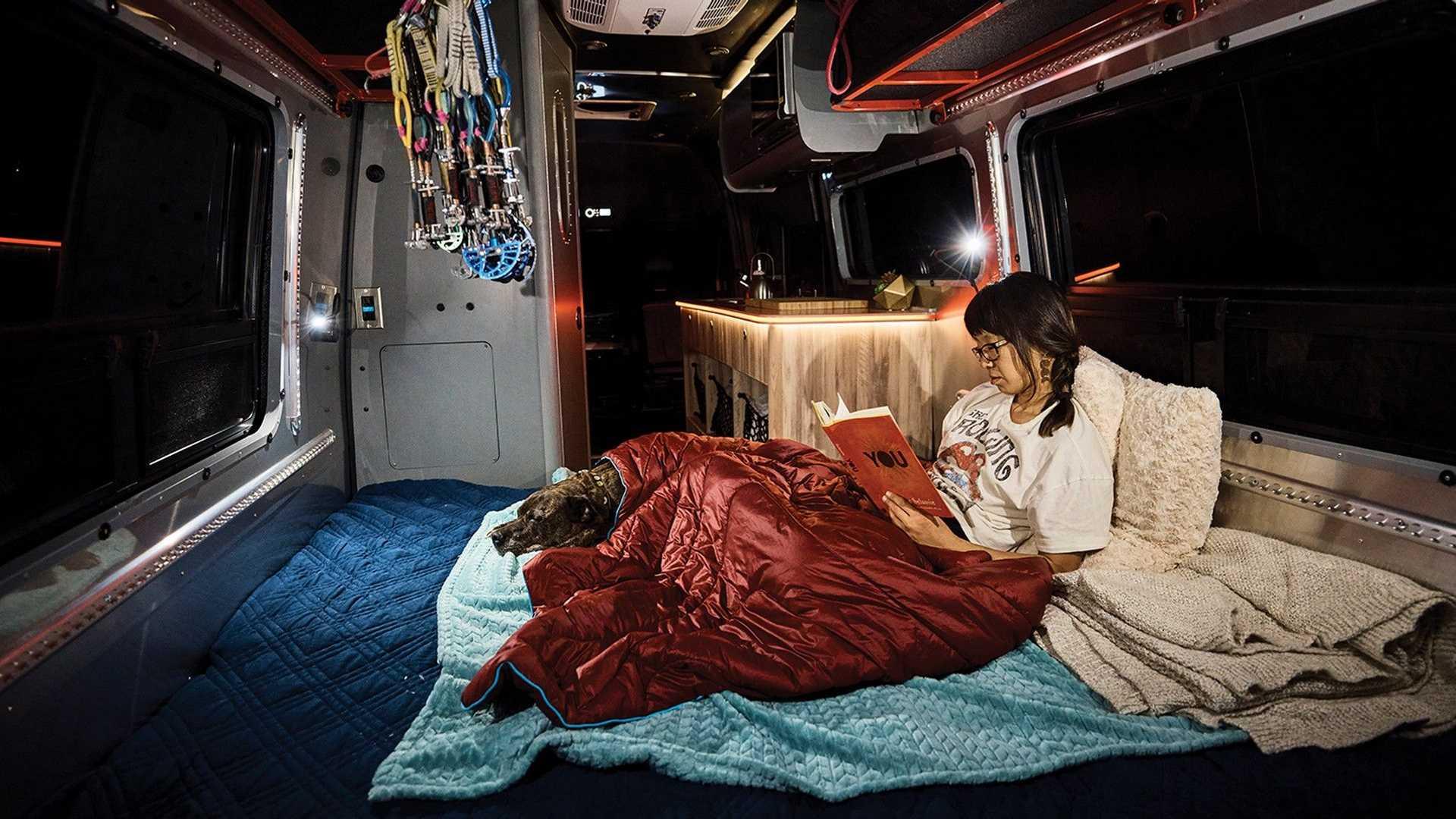 La Airstream Interstate 24X solo ofrece espacio para dos