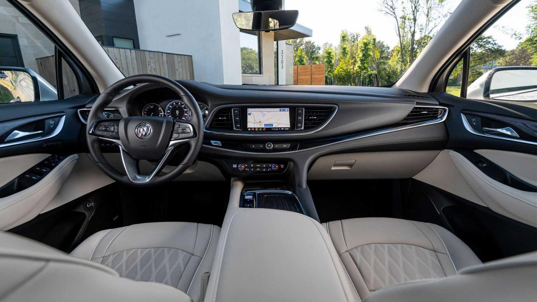 En el interior del Buick Enclave 2022 los cambios son menores
