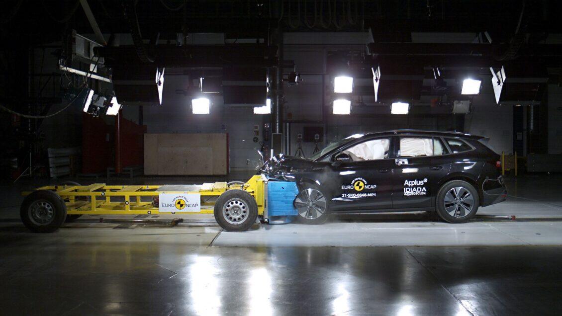 En un choque frontal entre dos coches, ¿se suman las velocidades del impacto?