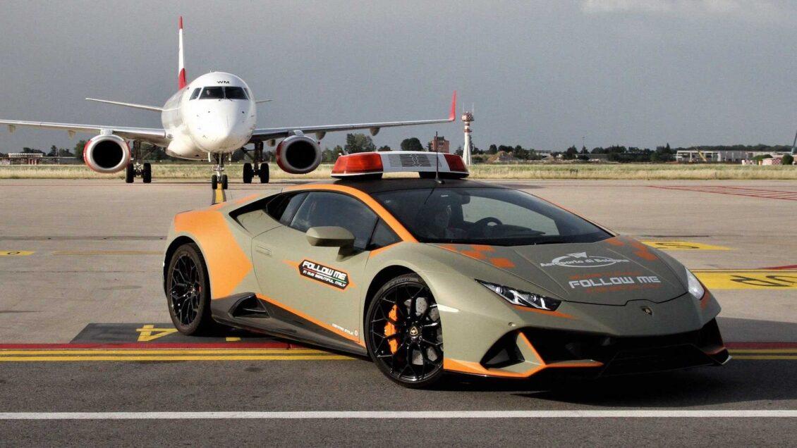El aeropuerto de Bolonia renueva su' Follow Me Car': Turno del Lamborghini Huracan Evo