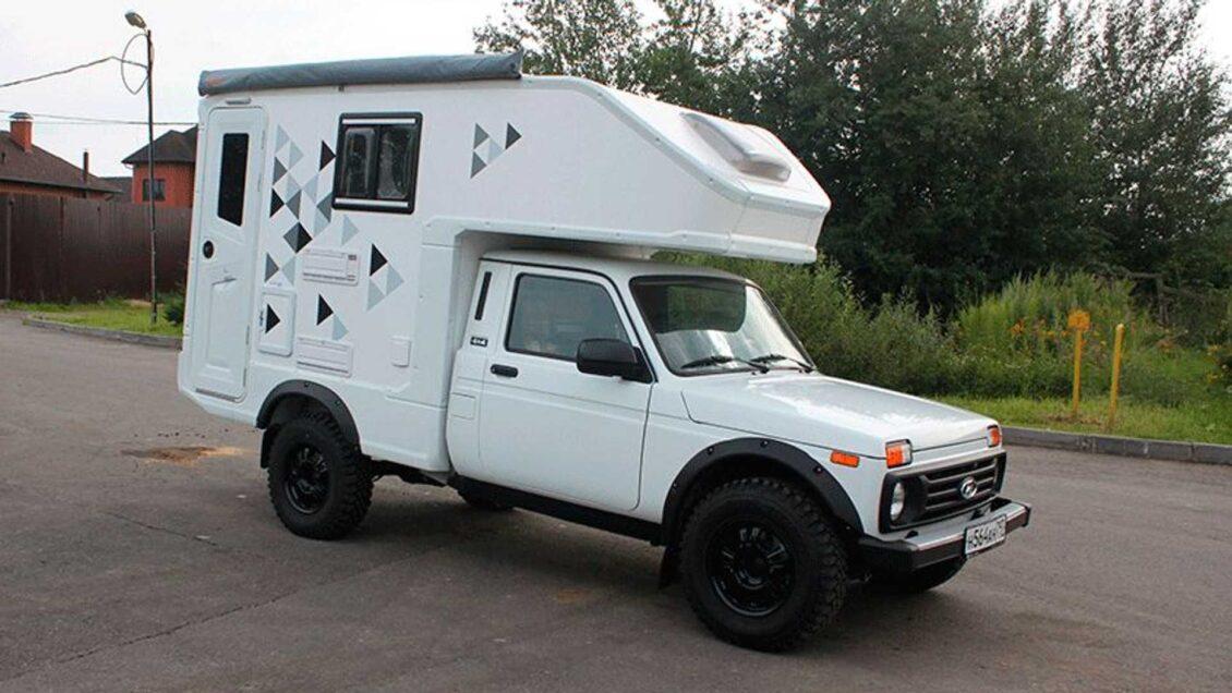 Si buscas una camper compacta a precio ajustado te va a gustar este Lada Niva
