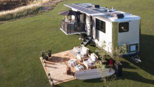 Proyector 4K, cocina profesional, paneles de 3.520 V... La caravana para olvidarte de la civilización