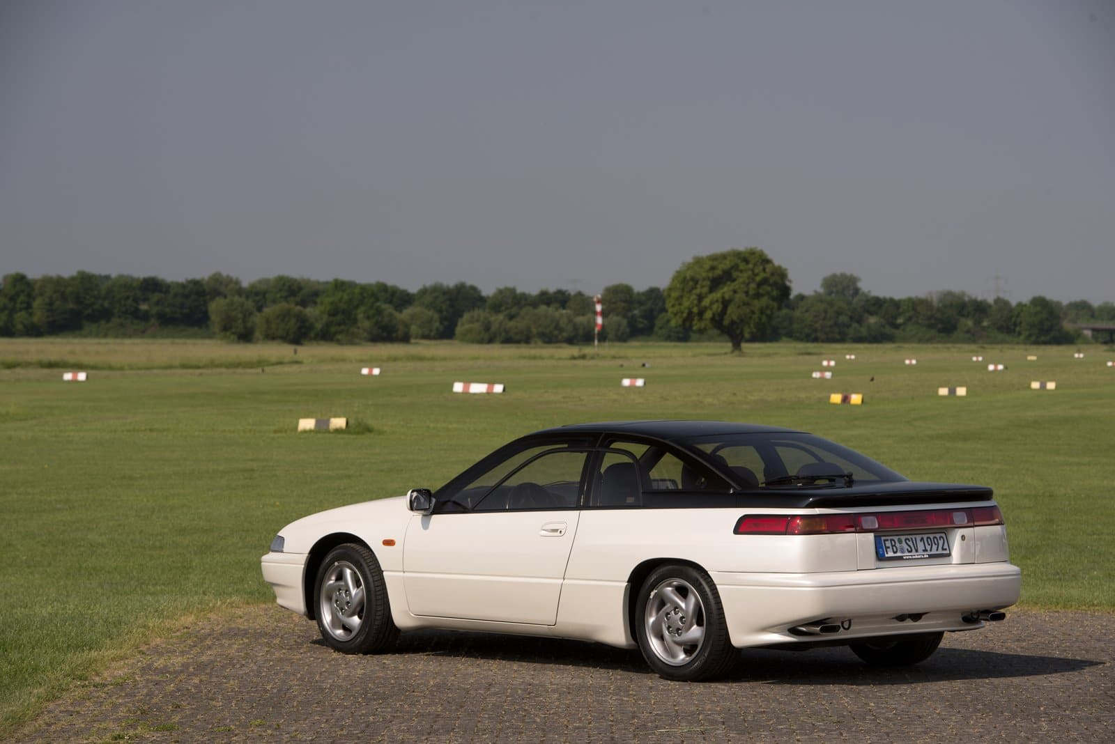 Subaru SVX blanco trasera