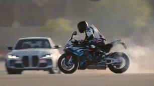 [Vídeo] BMW M 1000 RR vs. BMW M3: la batalla de drift que no te quieres perder