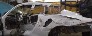 Partir un Porsche 911 por la mitad para repararlo, ¿te fiarías de esta reparación?