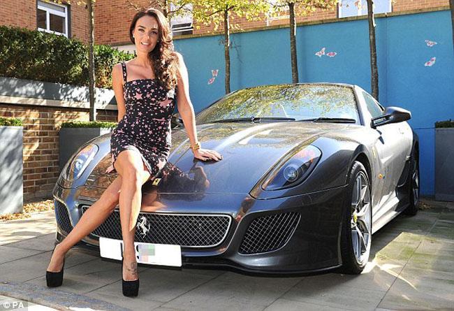 Tamara Ecclestone muestra el regalo de su papa, un Ferrari 599 GTO