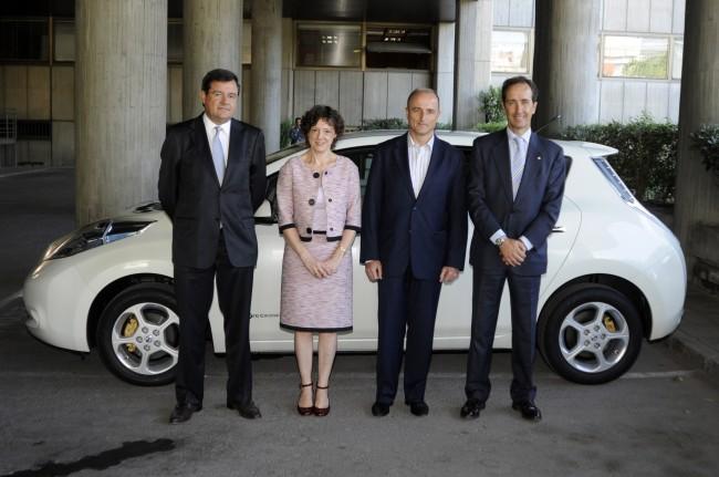 El ministro Miguel Sebastián al volante del eléctrico Nissan Leaf