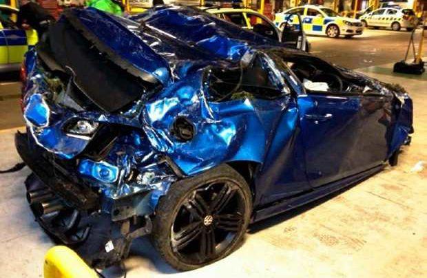 Un Volkswagen Golf R destrozado por un poli