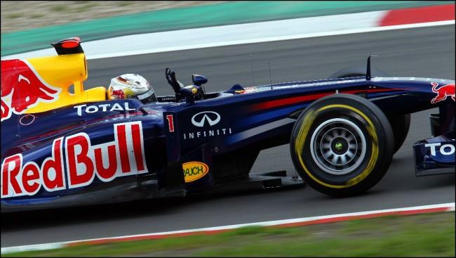 Hamilton sorprende y se cuela entre los dos Red Bull