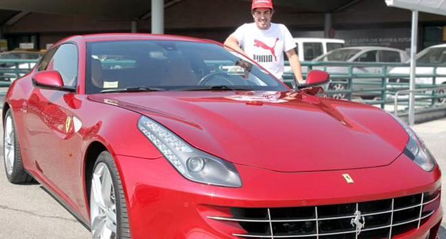 Fernando Alonso recibe un Ferrari FF por ganar el GP de Malasia