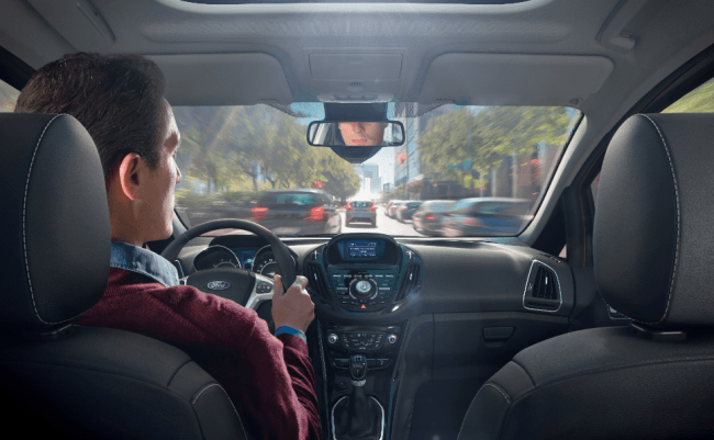 La mitad de los conductores europeos leen mensajes en el móvil mientras conducen
