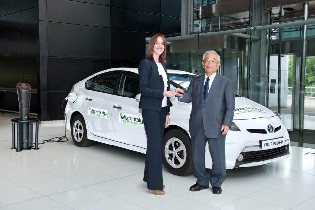 Toyota entrega la primera unidad del Prius Plug-in