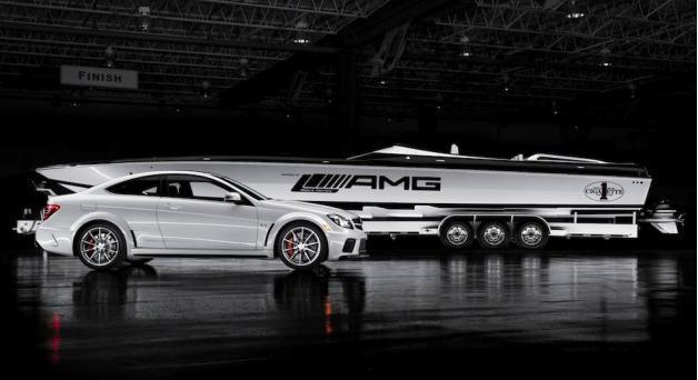 El Mercedes C63 AMG Black Series y su barquito