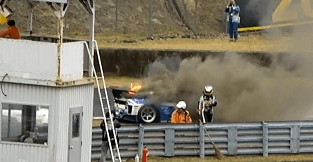Toyota Prius GT300 race car a la parrilla
