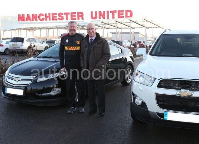 Sir Alex Ferguson, recibe un Volt de manos de Chevrolet