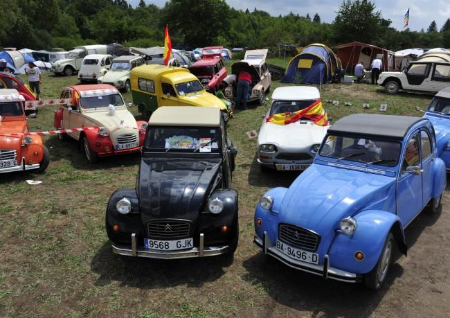El mítico Citroën 2CV se reúne con los suyos