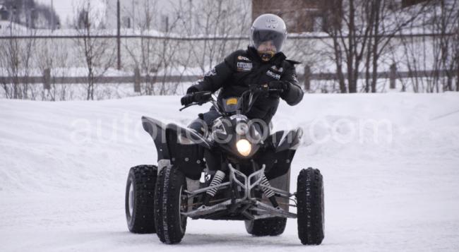 Jorge Lorenzo, sobre cuatro ruedas en la nieve