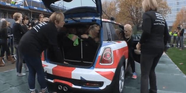 28 señoritas en un Mini Cooper establecen un nuevo Récord Guinness