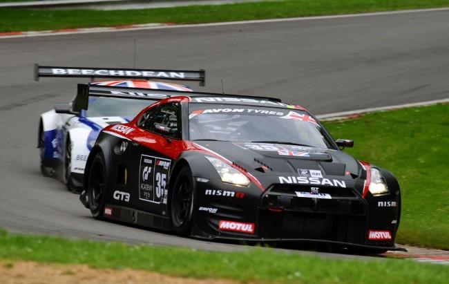 El Nissan GT-R Nismo GT3 cruza dos centésimas de segundo por delante del Aston Martin Vantage GT3 en la British GT